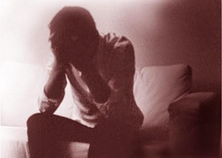 Ảnh người đàn ông ôm mặt buồn ngồi trong phòng