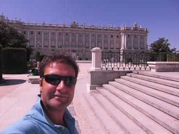 Davanti alla mia residenza madrilena... (2011)
