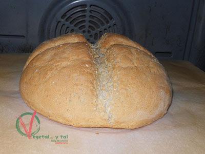 Horneando el pan de centeno sobre la piedra de horno.