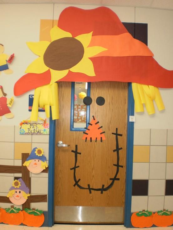 decoracao festa junina educacao infantil:Olha que linda esta porta decorada com um espantalho gigante!!!