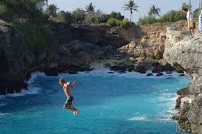 Terjun Bebas dari Blue Lagoon Cliff di Nusa Ceningan