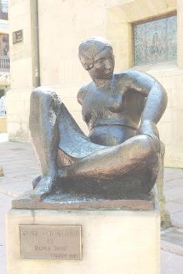 Oviedo, escultura Mujer sentada