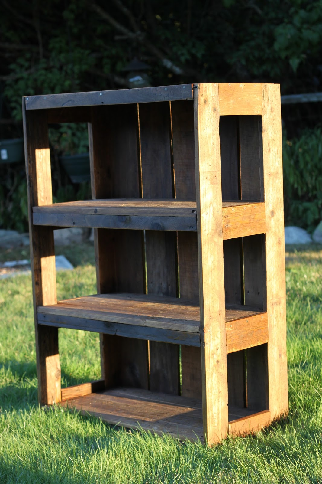 made with love that can be felt diy pallet bookshelf diy pal
