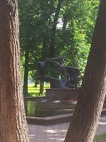 Парк в Институте Вишневского - фонтан с лебедями