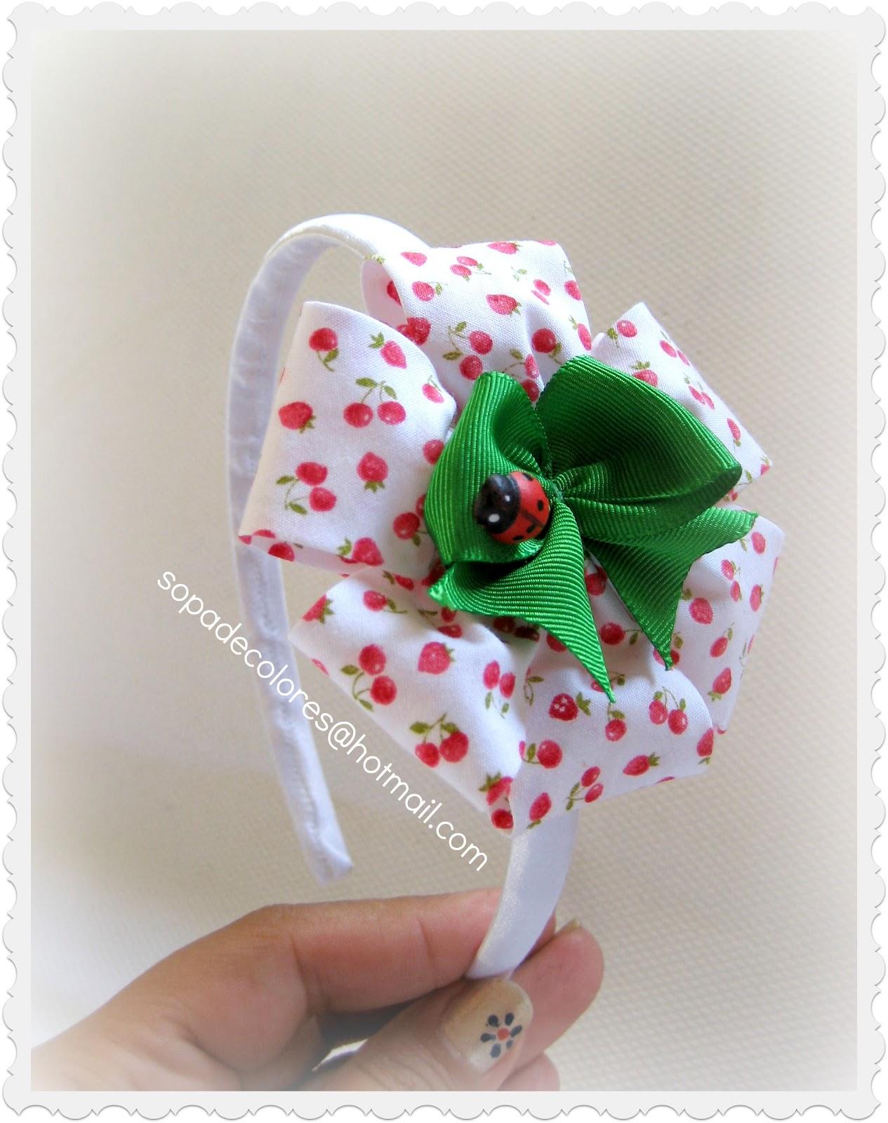 Bonita y original diadema en blanco ,combinado en rojo y verde ..como ...