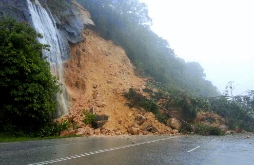 Tanah Runtuh Tutup Jalan Tasik Kenyir