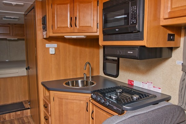 Køkken afdeling i C30 motorhome fra Cruise Canada / Cruise America