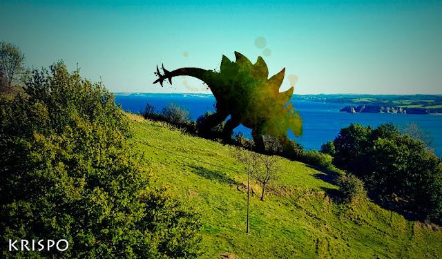 Estegosaurio en pradera junto al mar en Jaizkibel
