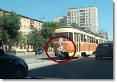 Casal cheirando cola e pendurado no trem