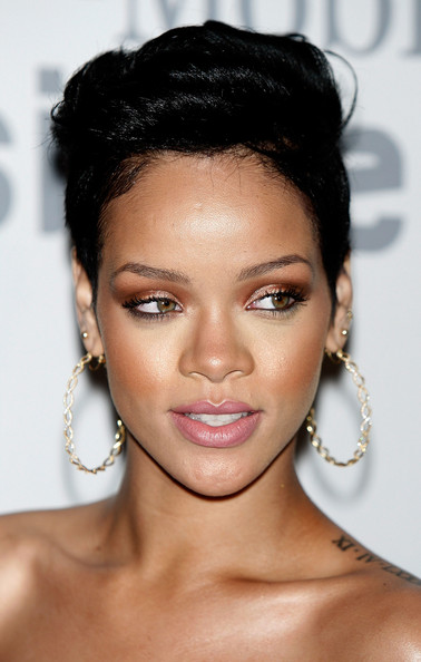 I love Rihannas makeup in this photo!