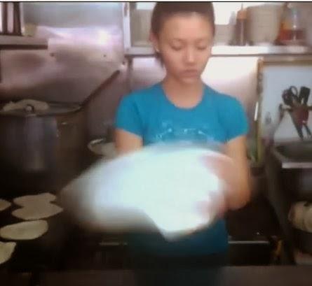 Video Awek Cun Cekap Tebar Roti Canai
