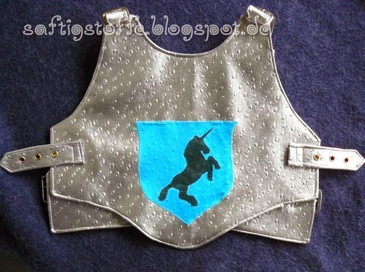 Ritter-Wams aus silberfarbenem Lederimitat mit Wappen