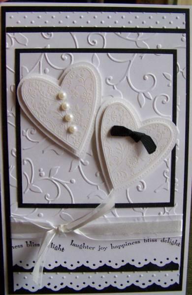 Invitación blanca con corazones para boda