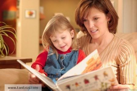 mother-child-read-book-كيف تزرعين الثقة بالنفس فى طفلك - ام تفرأ كتاب لطفلها