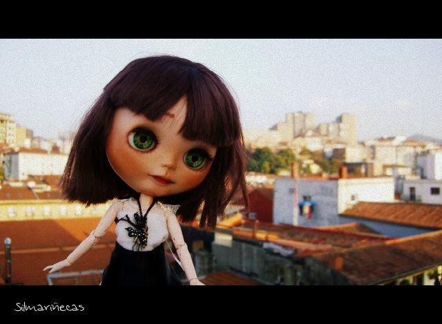 Basaak doll en la terraza de la sede de laboral kutxa en Bilbao