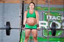 Tiga Hari Menjelang Kelahiran, Wanita Ini Masih Berlatih Angkat Beban