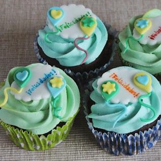 http://ideandoart.blogspot.com.es/2013/02/felices-cupcakes-que-cumplais-muchos-mas.html