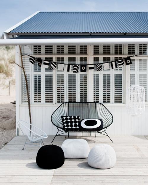 Cortinas De Baño Rayadas: lacadas en negro también faroles de rattan blancos tarima de exterior
