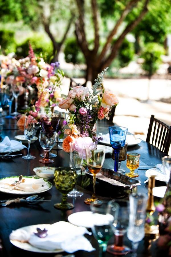 decoracion de boda con bombillas, velas y jaulas