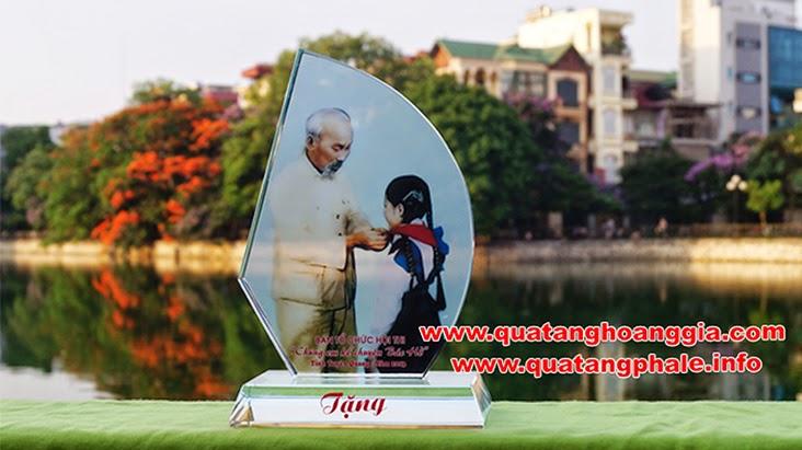 Cơ sở sản xuất kỷ niệm chương pha lê hàng đầu Việt Nam với hơn 10 năm trong lĩnh vực gia công như in, khắc hoặc phun cát lên pha lê thủy tinh và làm kỷ niệm chương