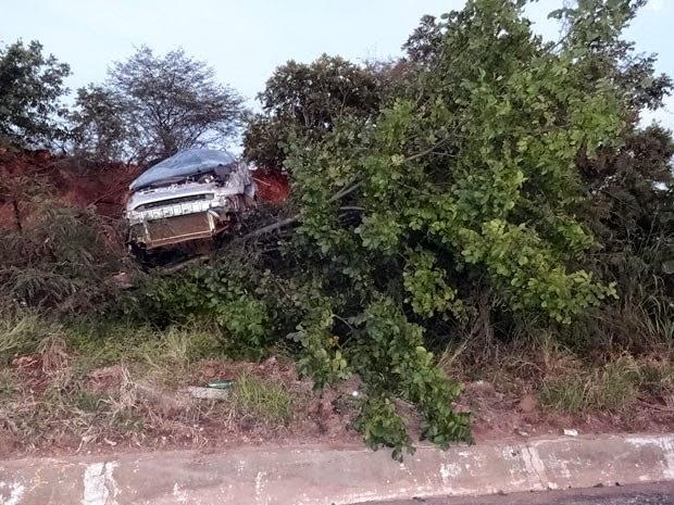 Carro foi parar em cima de árvore no canteiro da pista da BR-242, em Barreiras (Foto: Jadiel Luiz/Blog do Sigi Vilares)