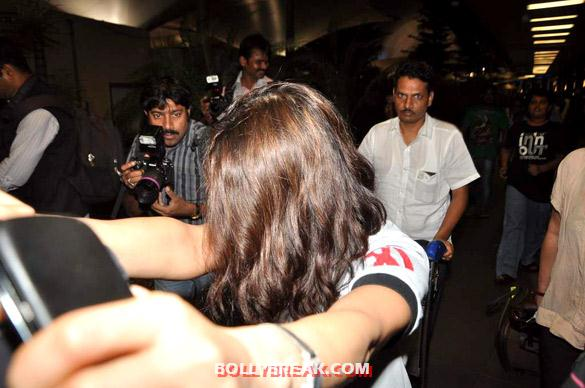 Preity Zinta - (5) - Preity Zinta snapped at Mumbai airport - paparazzi Pics