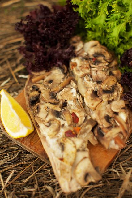Рыба с грибами на мангале