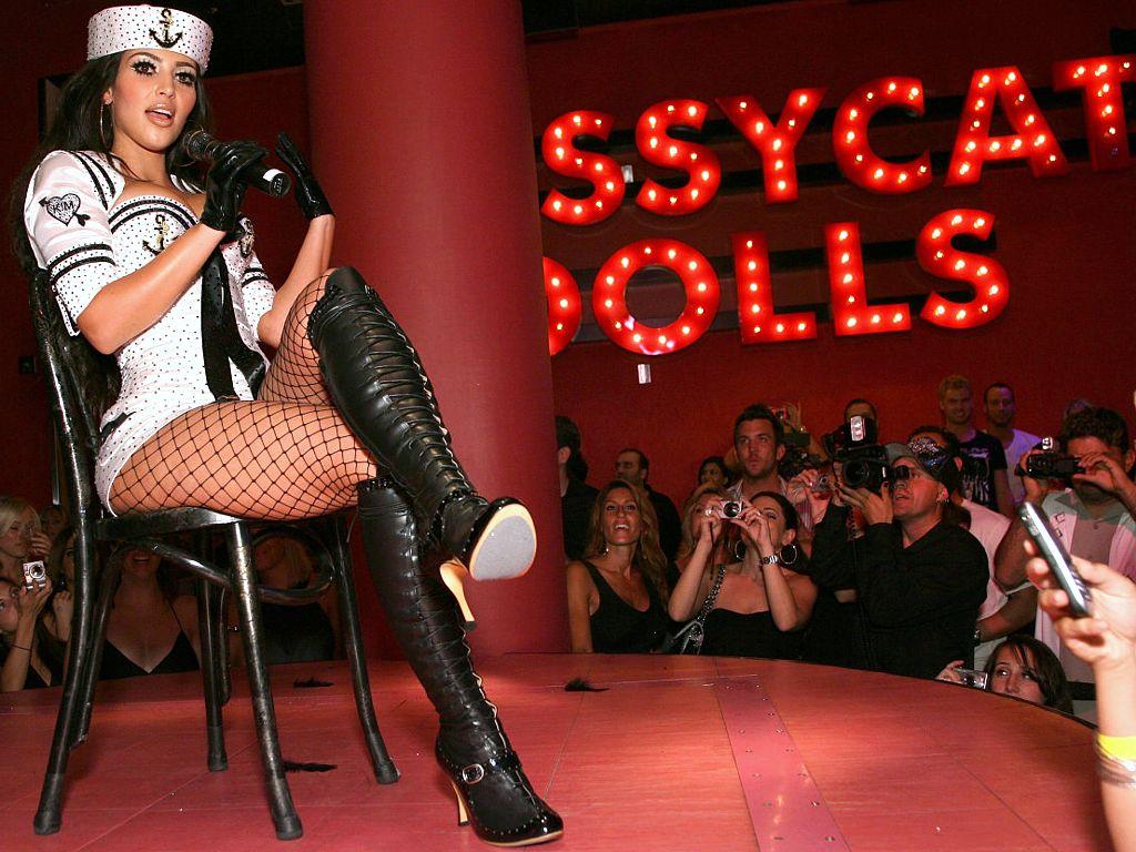 http://3.bp.blogspot.com/-V7GnQpm7XQY/TrOv47I-nuI/AAAAAAAAA-Q/ij-vIYrTfHs/s1600/Kim-Kardashian-hq_wallpaper_dress.jpg