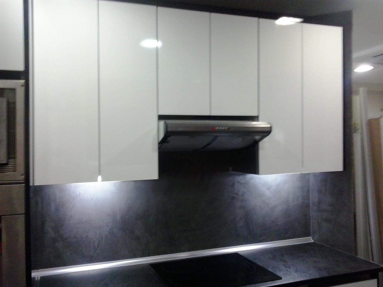 Laminado blanco brillo 4 cantos perfil gola remates en negro pared pintada estuco lavable - Cocinas con estuco ...