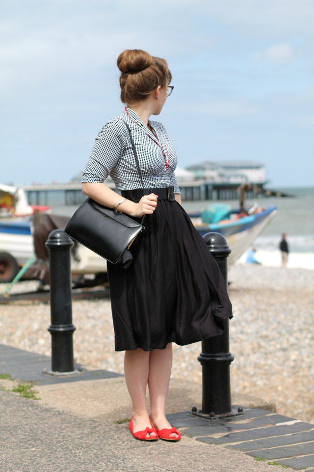Vintage style gingham blouse, 50s black swing skirt, red peep toes and vintage frame bag