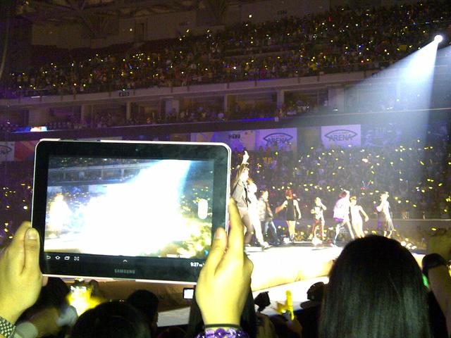 Tablettes et liseuses - Page 3 BIGBANG_AliveTour_Manila_FloatingTablets