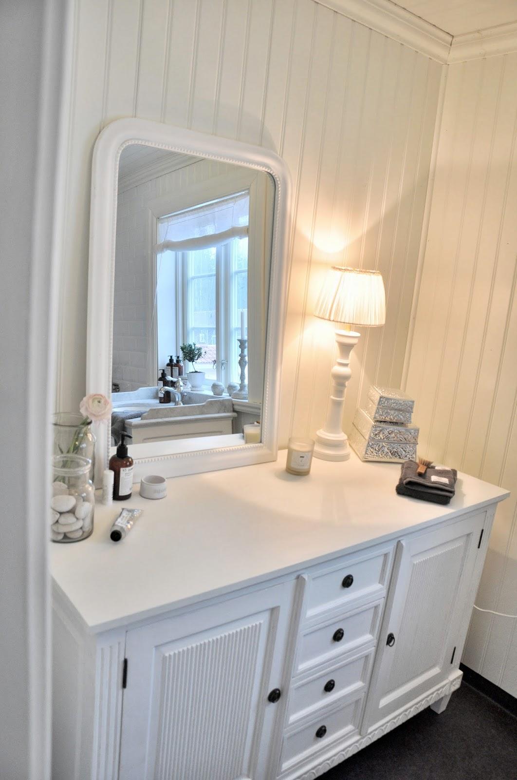 Marias vita bo: ny lampa i badrummet