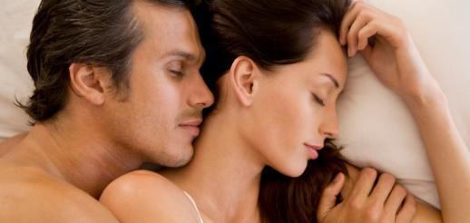 الفرق بين الرجل والمرأة فى الحب والرغبة والاستثارة الجنسية - رجل وامرأة ينامان على سرير - man and woman sleeping on bed