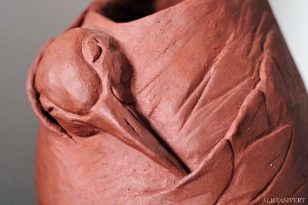 aliciasivert, alicia sivertsson, alicia sivert, lera, clay, sculpture, skulptur, urna, krus, vas, kruka, trana, fågel, med näbben under vingen, urn, crane
