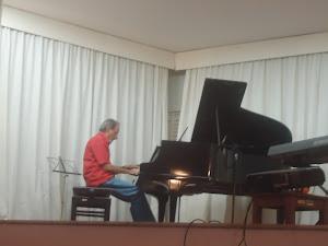 Encerrando  o  evento  e  ouvindo  o  pianista  e  professor Paulo  Gondim