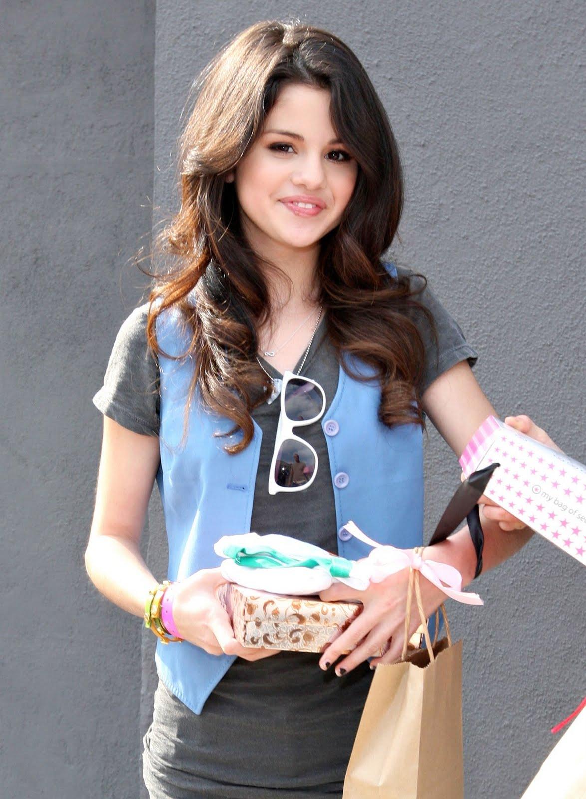 http://3.bp.blogspot.com/-V8mxjMjmaPs/TcWzlNq9P9I/AAAAAAAADYg/tnivlME7gBI/s1600/Selena+Gomez+hot+stills.jpg
