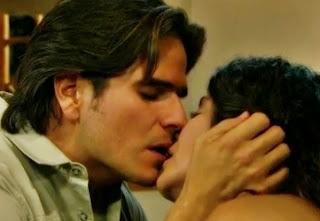 Una discusión más entre Octavio y Maricruz que termina en beso.
