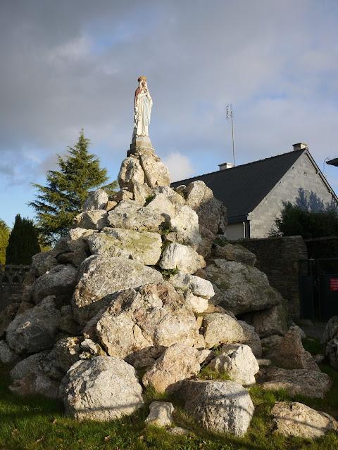 ecole saint Gabriel sainte anne sur Vilaine. Statue assez moche.