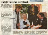 Zulma Clarysse wordt n.a.v. haar honderdsteverjaardag door de Balense burgemeester Johan Leysen gefeliciteerd  en tekent er het Guldenboek