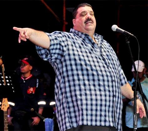 Maelo Ruiz cantando en concierto