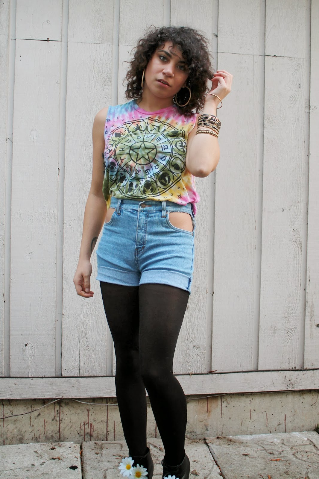 tie dye, astrology, urban outfitters, curly hair, high waist denim shorts