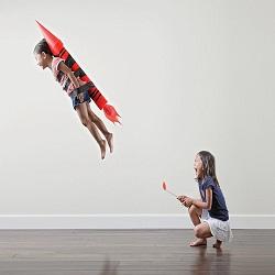Pai usa filhas como modelos em fotografias criativas e divertidas
