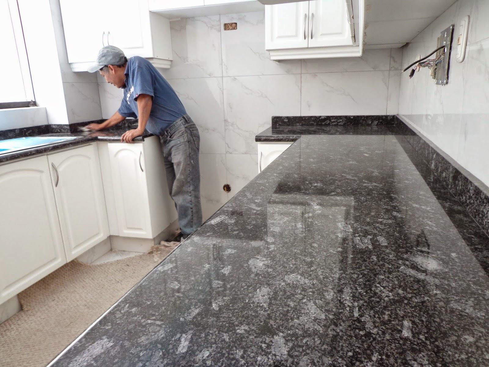 en caso de encimeras y topes de cocina lo ms conveniente es limpiarlos cada vez que se los emplea hay que considerar que los lquidos derramados sobre