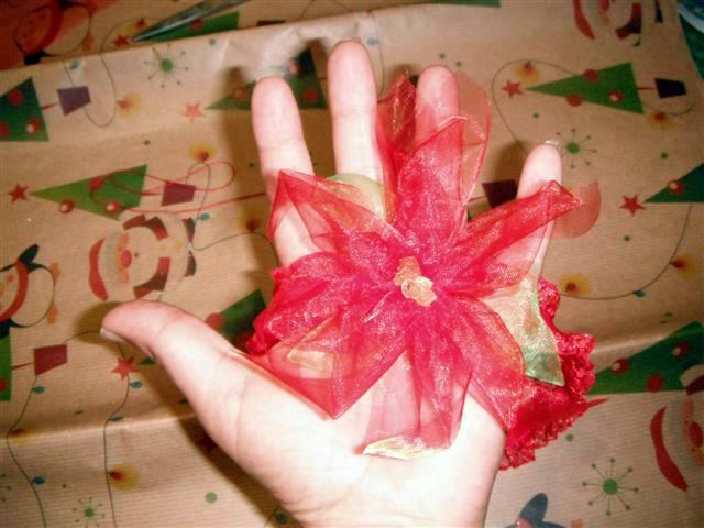 A continuación pongo el paso a paso para hacer una banda para el cabello en forma de flor de nochebuena o flor navideña.