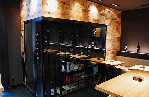 Marzua una vinoteca de madera y acero por balada juan - Vinotecas de madera ...