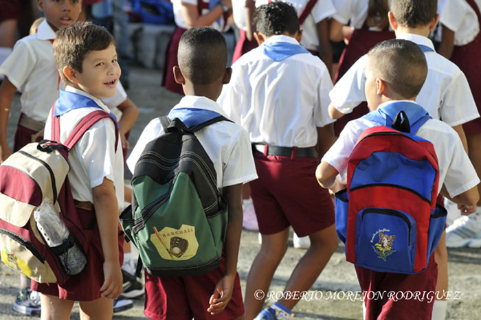 Pioneros en Cuba en su primer dia de clases