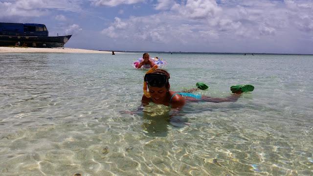Las dos Macarenas dándose un baño en Maldivas