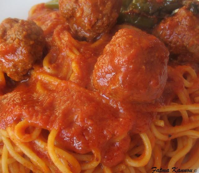 Les doigts de fatma spaghetti boulette sauce tomate piquante makarouna bel salsa - Boulette de viande en sauce ...