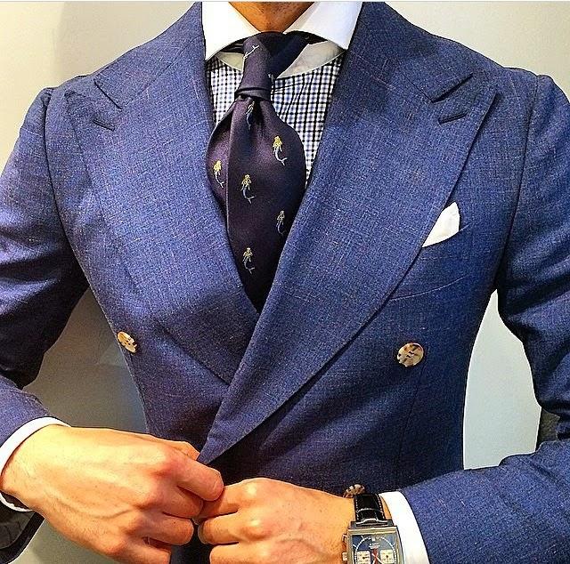 Con camisa de dos tonos el pañuelo debe combinar con el color del cuello y  puños f9338e24128