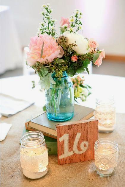 10 centros de mesa para bodas vintage tarros de vidrio reutilizados en portavelas otro tarro en azul como jarrn y un arreglo floral en tonos coral el resultado de este centro de mesa es altavistaventures Image collections